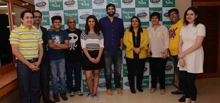 Dalda Dawaat-E-Ishq Contest winners with Sagar Boke (Marketing Head, Dalda Edible Oils, Bunge India), Parineeti Chopa and Aditya Roy Kapur
