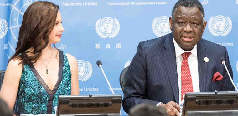 UN Population Fund (UNFPA) Executive Director, Babatunde Osotimehin (right), introduces acclaimed actor Ashley Judd as the agency's new Goodwill Ambassador. UN Photo / Mark Garten